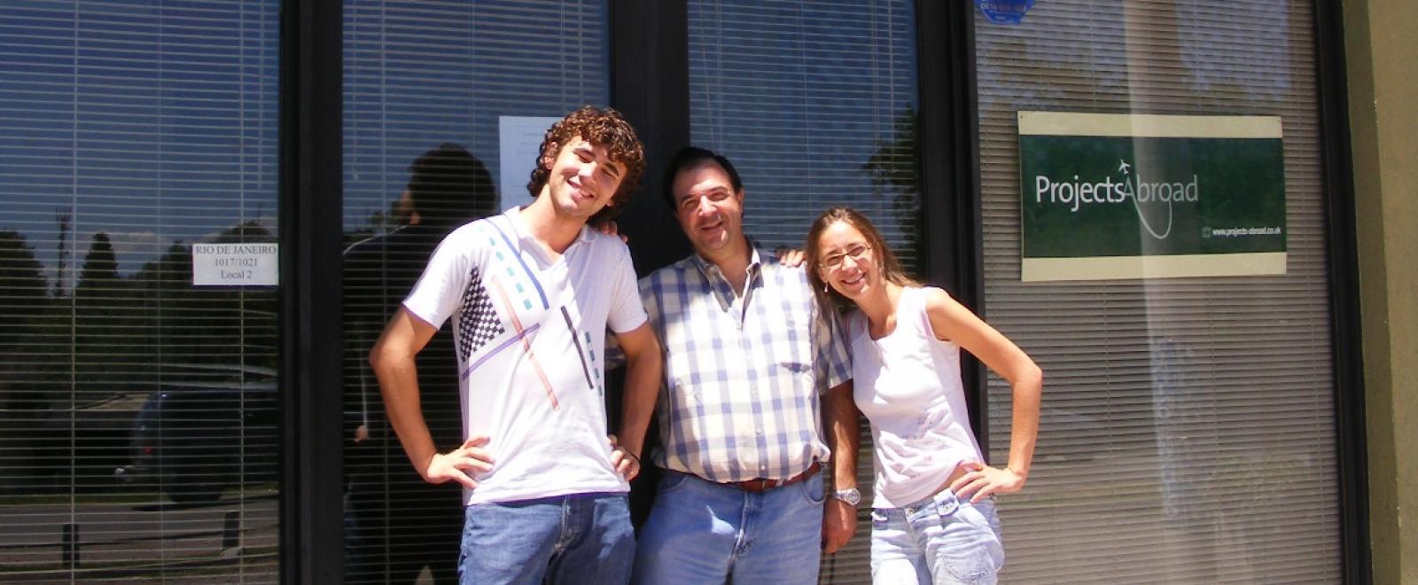 Voluntarios en Argentina llegando a la oficina.